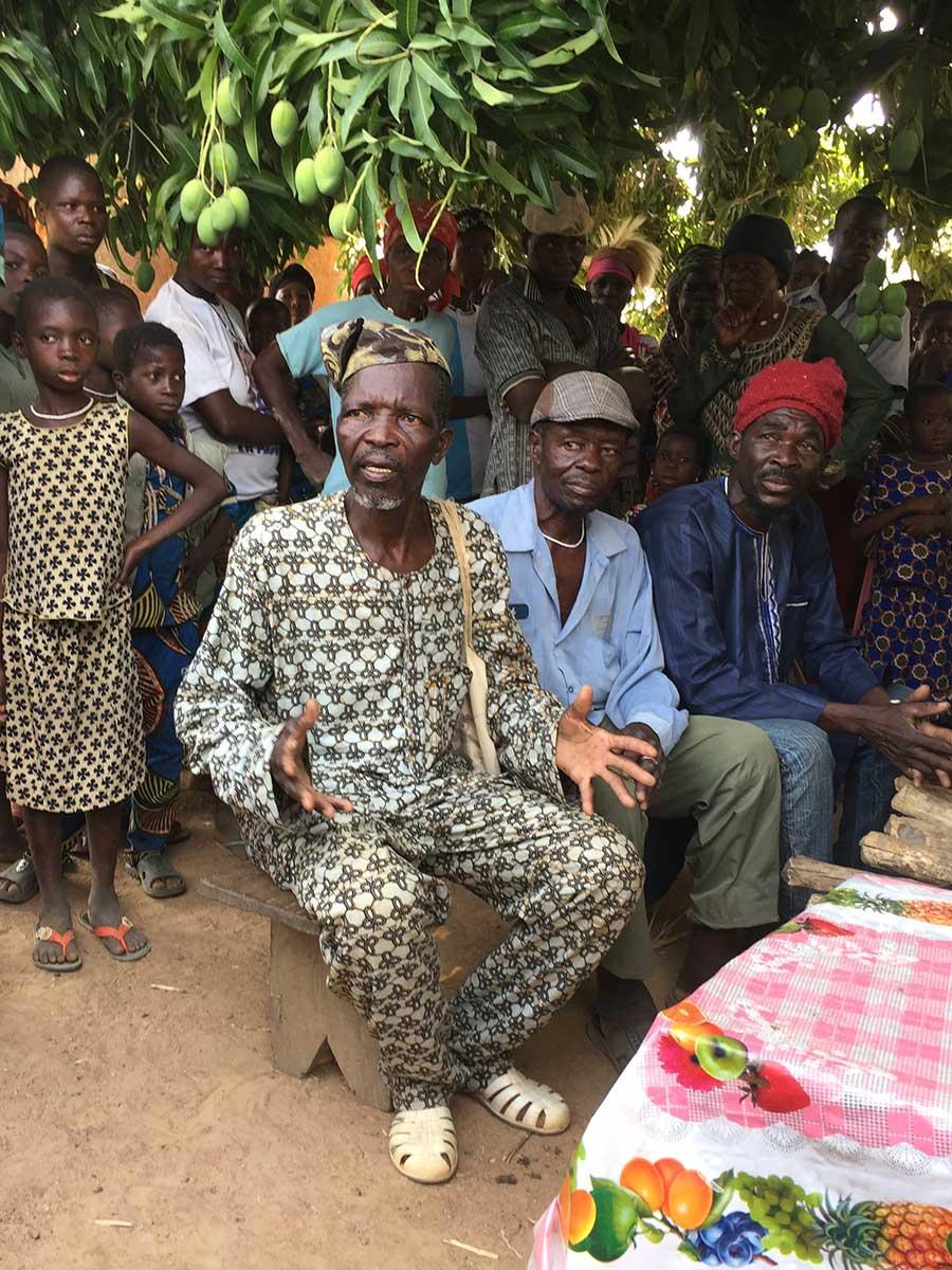 Der Dorfchef hält eine Rede und bedankt sich im Namen der Bevölkerung