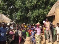 Die Dorfgemeinschaft erwartet uns unter dem großen Mangobaum
