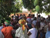 Die Bevölkerung des Dorfes ist zur Einweihung des Brunnens zusammengekommen