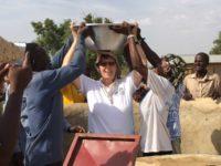 Die schwere Wasserschüssel auf dem Kopf zu tragen – für die Frauen und Mädchen hier eine Selbstverständlichkeit – gelang uns nicht.