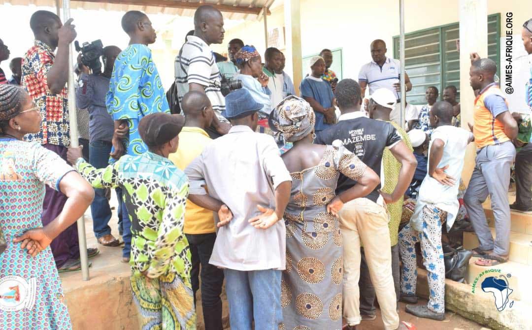 Dr. Kodom mit vielen Patienten vor dem Krankenhaus