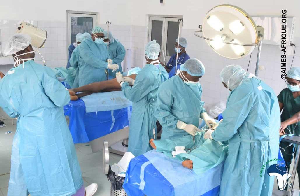 Im OP-Saal in Pagouda sind während des Ärzte-Einsatzes drei OP-Tische nebeneinander