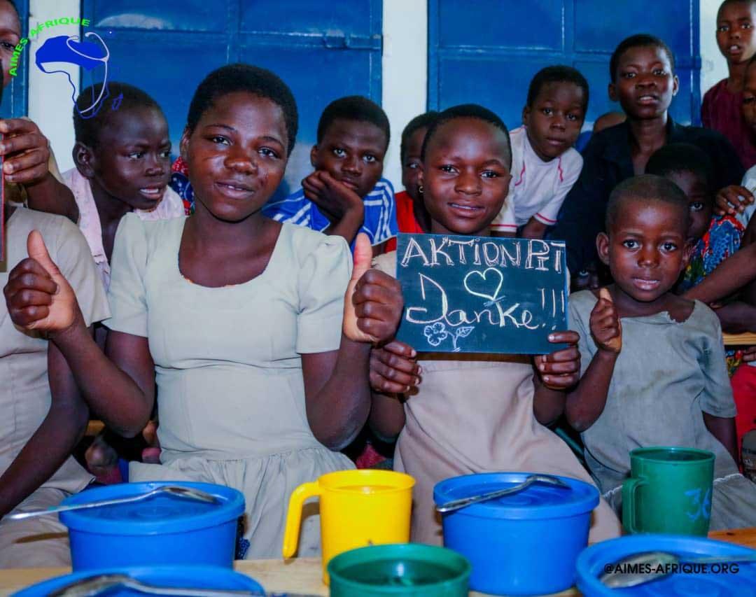 Kinder halten eine Tafel mit Danke Aktion PiT hoch