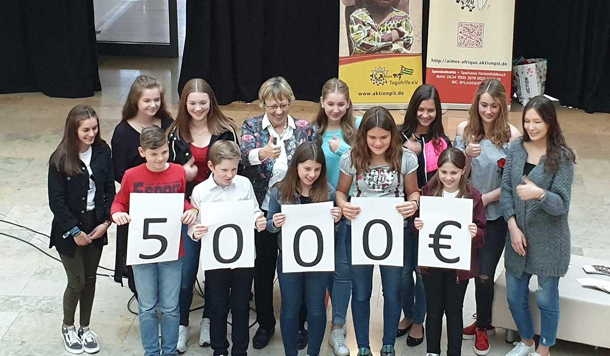 Die Schüler des Gymnasium übergeben 5.000 Euro als Spende für Togo an Margret Kopp