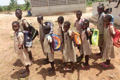 Die Kinder in Togo freuen sich über die Schultaschen aus Deutschland
