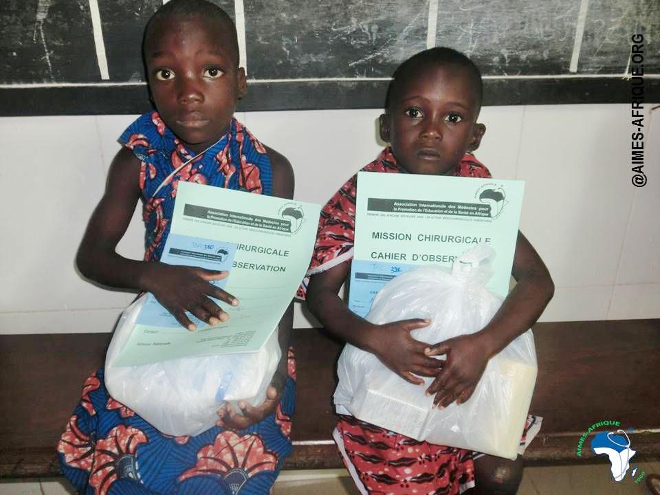 Kinder mit ihren Arzt-Unterlagen