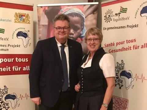Der Landtagsabgeordnete Alex Dorow mit Margret Kopp