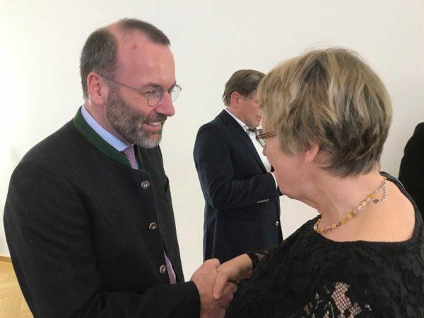 Manfred Weber (MdEP) und Margret Kopp (Vorsitzende von Aktion PiT - Togohilfe e.V.) geben sich die Hand
