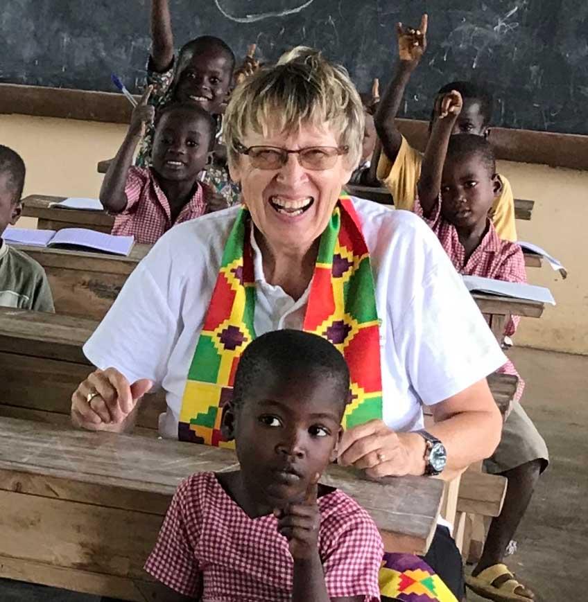 Margret Kopp lachend in einer Schule in Togo