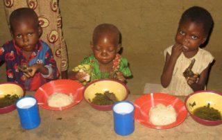 Kinder in Afrika beim essen