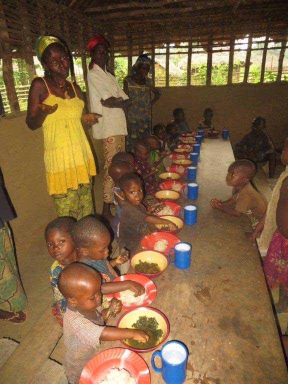 Kinder in Afrika bei der Schulspeisung