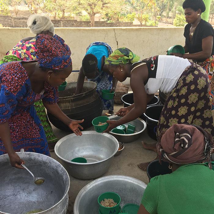 Frauen beim Kochen in unserem KiSS-Programm