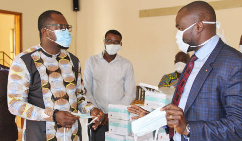 Dr. Michel Kodom von Aimes-Afrique verteilt Masken