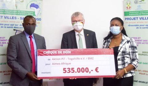 Scheckübergabe in Togo v.l.: Dr. Michel Kodom (Aimes-Afrique), S.E. Matthias Veltin (deutscher Botschafter in Togo), Elbine Ditoma (Aktion PiT)