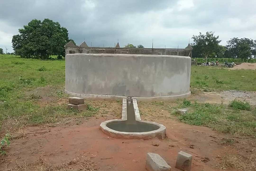 Auch der Brunnen ist bald fertig.