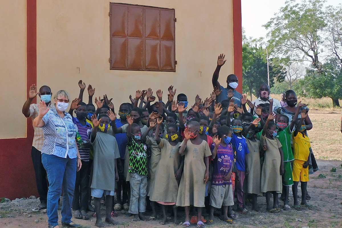 Einige der Schüler vor der Schule