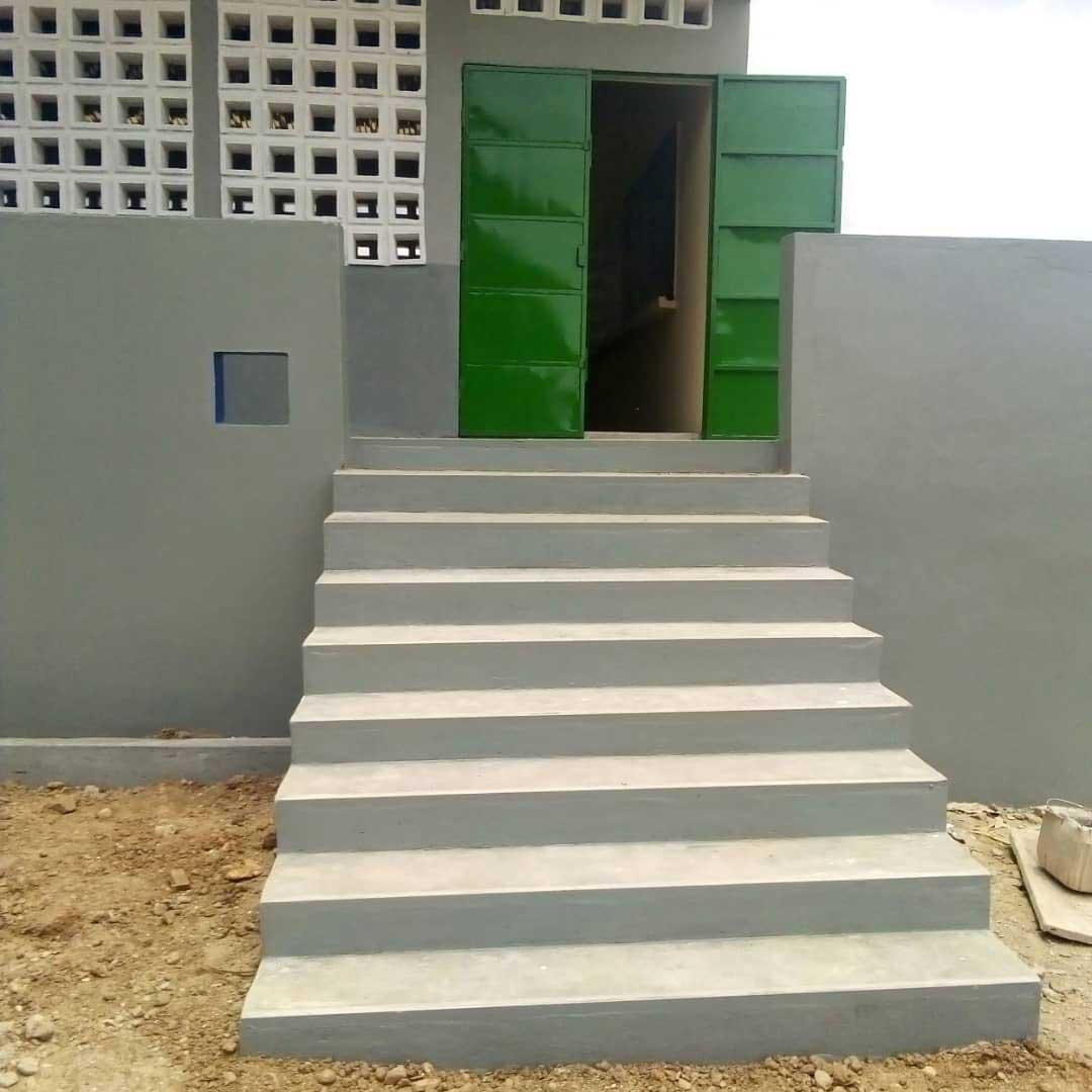 Außentreppe zur Schule in Illico