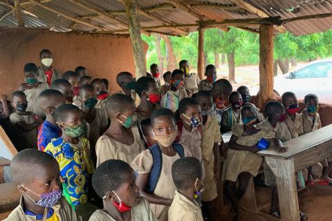 """Schüler begrüßen uns in einem ihrer """"Klassenzimmer"""""""