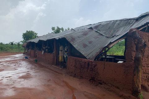 Das kaputte Dach der Schule in Adjedakope