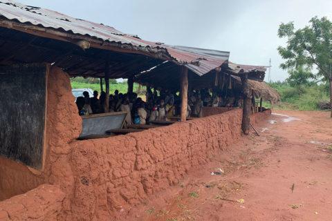 Das marode Schulgebäude in Adjedakope