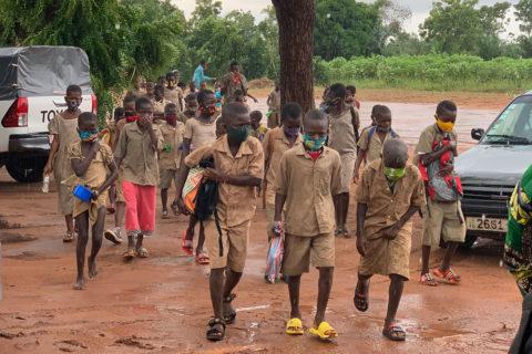 Die Schüler kommen durch den Tropenregen zur Schule