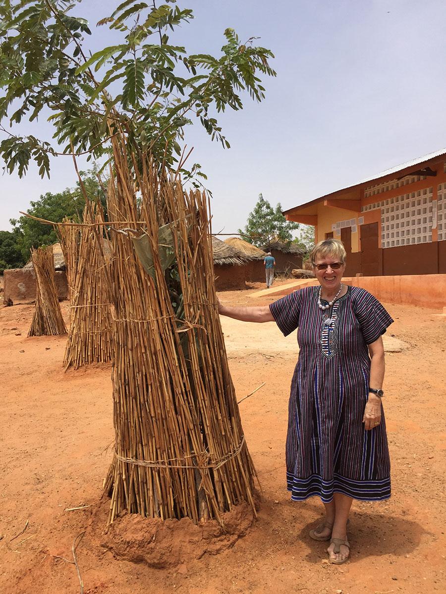 Margret Kopp in Illico vor einem angepflanzten Baum
