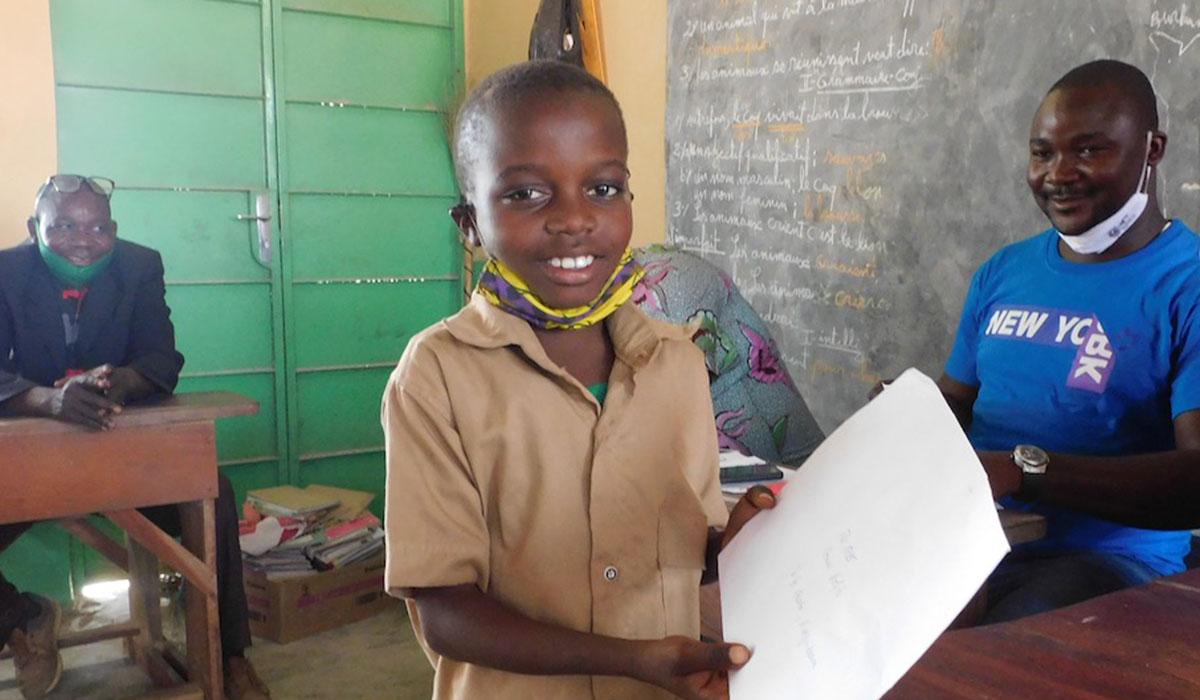 Briefübergabe in Togo an eines unserer Patenkinder