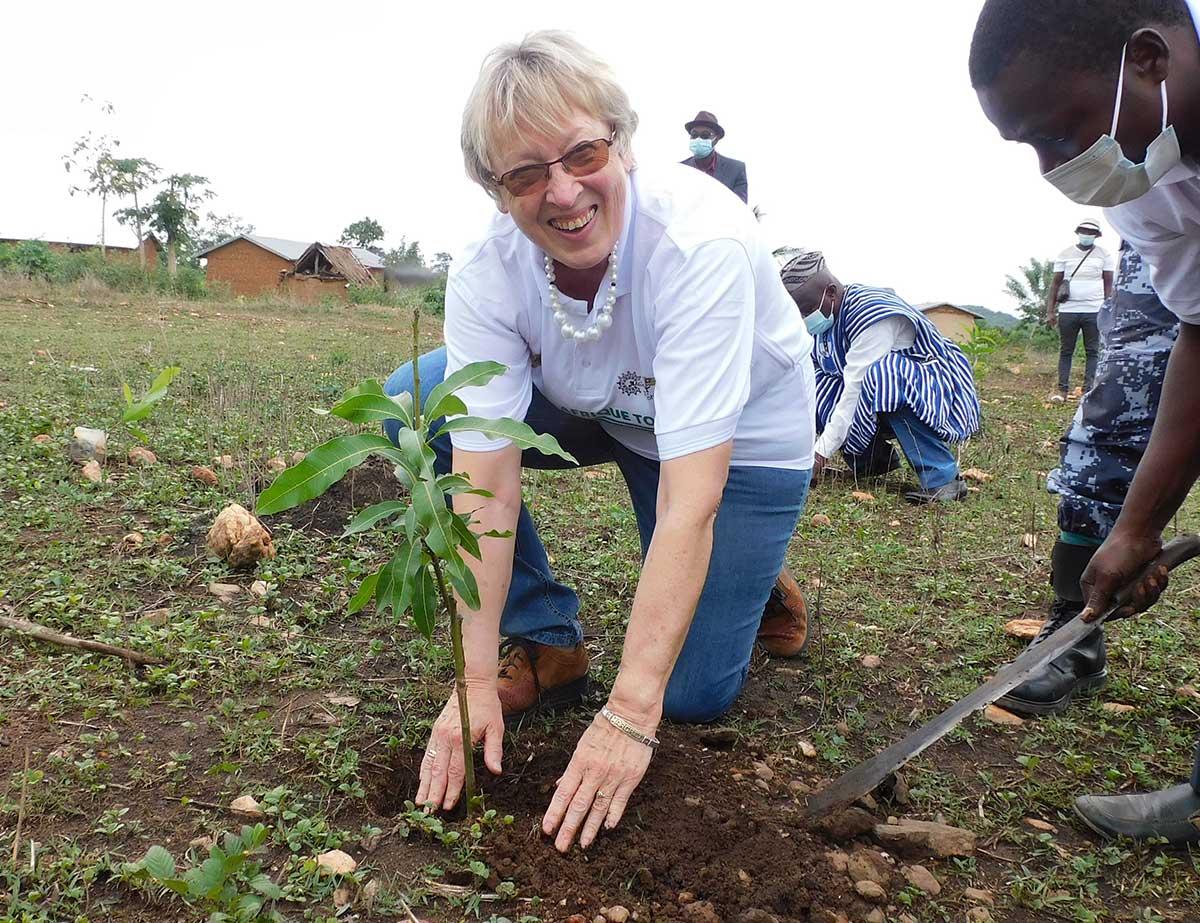 Margret Kopp pflanzt einen Mango-Baum in Illico