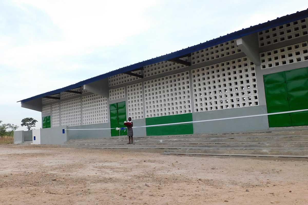 Vor der Einweihung der neuen Schule in Kperike