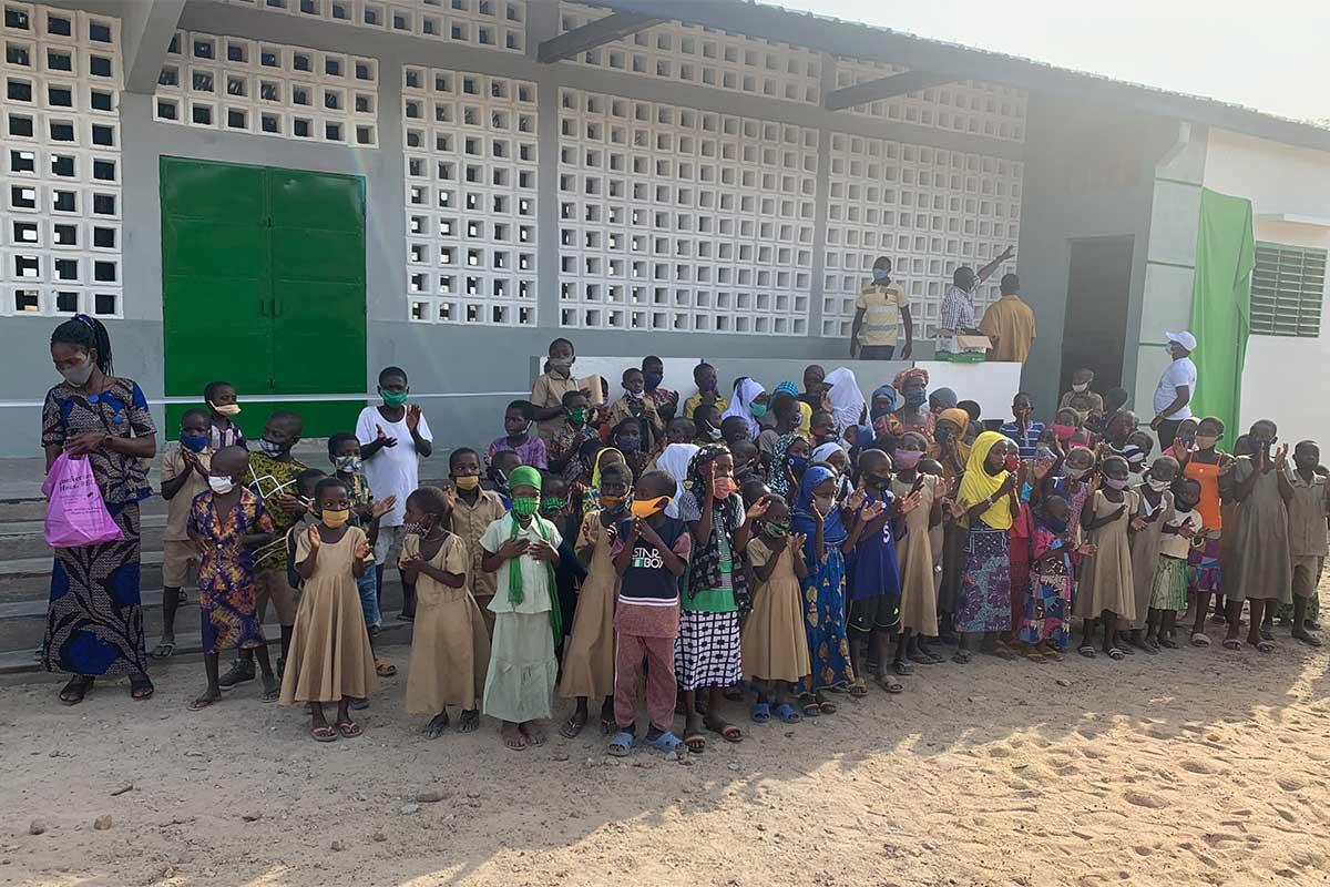 Die Kinder warten darauf in Ihre neue Schule zu dürfen